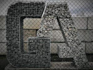 Logo's en letters uit schanskorven