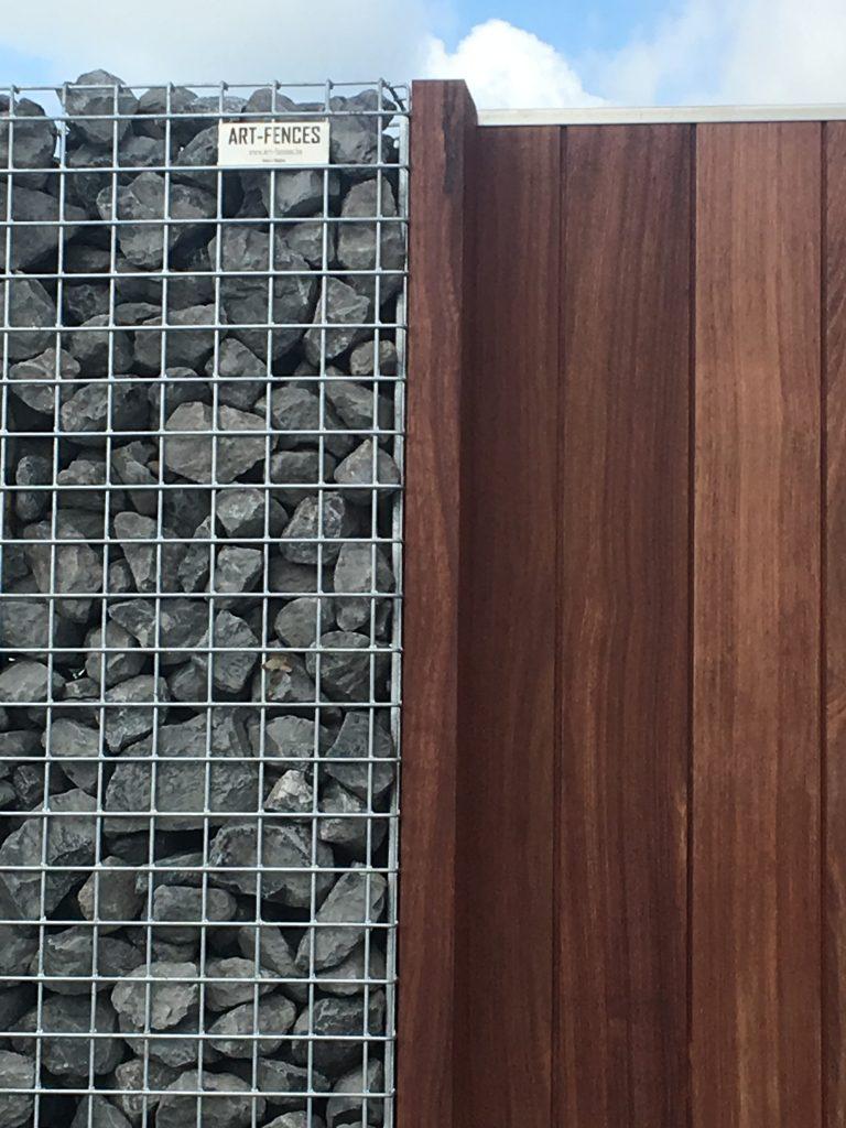houten tuinpoortje met schanskorven