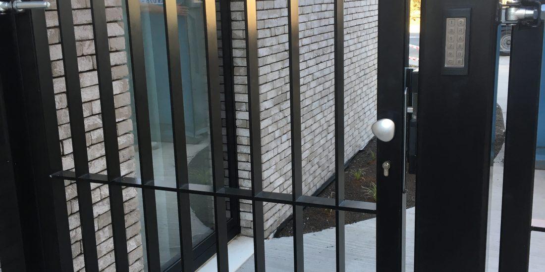 toegangspoort, tuinpoort, draaipoort, moderne poorten, schuifpoorten, elektrische poorten, poorten fabrikant, poorten specialist, maatwerk poorten, fabrikant, ART-fences