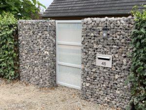 steenkorven met toegangspoortje