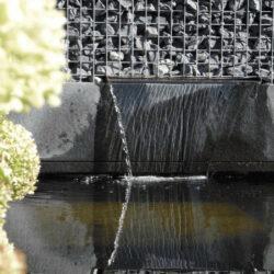 prachtige laaggebouwde steenkorven waterval